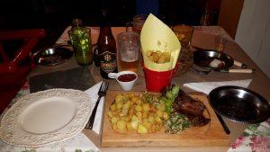 Barriga de vaca com batatas frita e cerveja artesanal Granizo